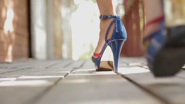 Szexi lány, magas sarkú, fa padló séta
