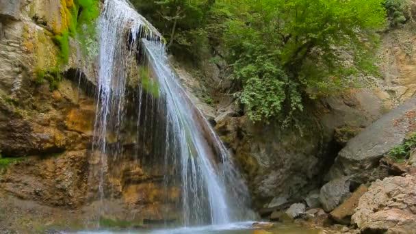 Proudy krásného vodopádu Dzhur Dzhur v pohybu