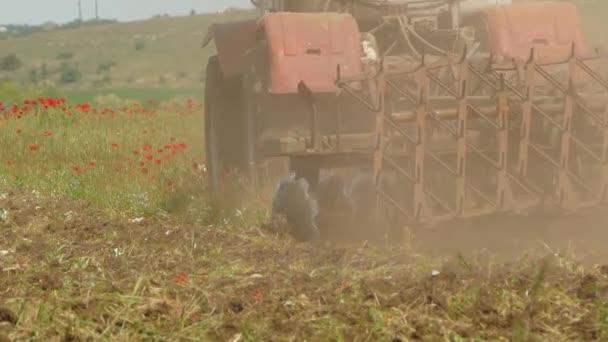 Pole řezání traktoru s plevelem
