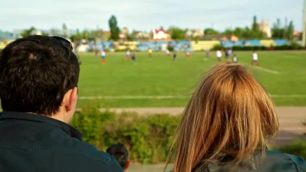 Muž a žena sledující fotbal