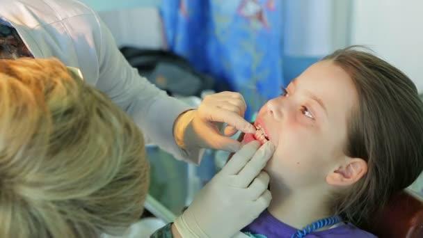 κοριτσάκι στον οδοντίατρο