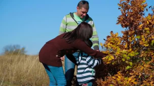 Šťastná mladá rodina blízko podzimu Bush