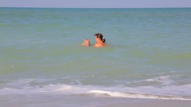 matka a dítě, koupání v moři