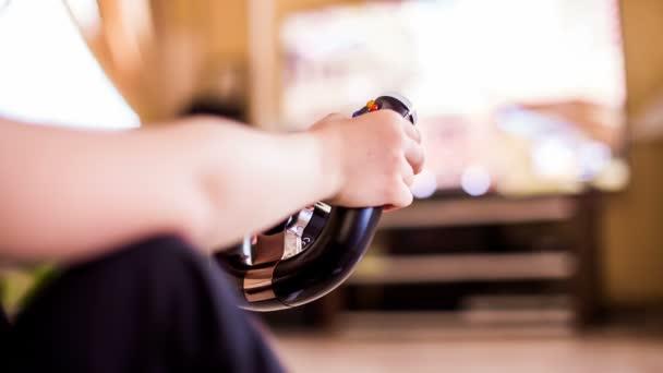 Videojáték-konzol játék közben emberi kéz