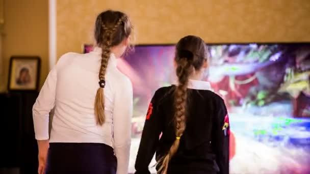 A két lány Videogamers játszó Kinect szoba