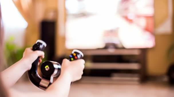 A lány kezét játék közben videojáték-konzol