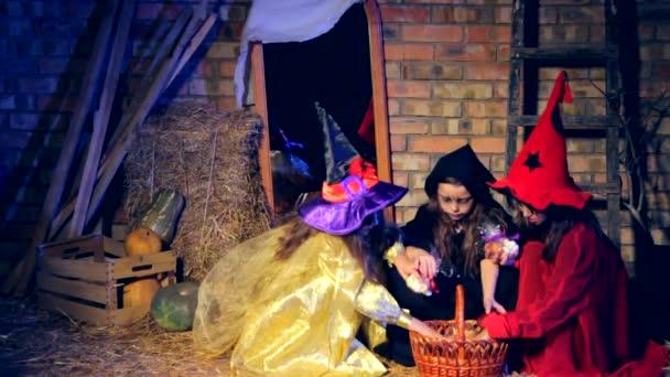 Három kis boszorkányok véve ajándékok