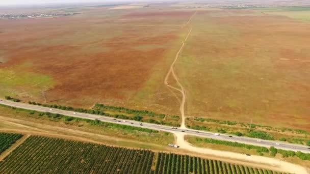 Letecký pohled přes ovocné zahrady a zemědělských polí