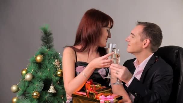Šťastná rodina slaví Vánoce a nový rok