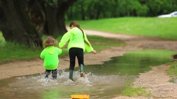Šťastné děti prochází obrovský bazén v parku