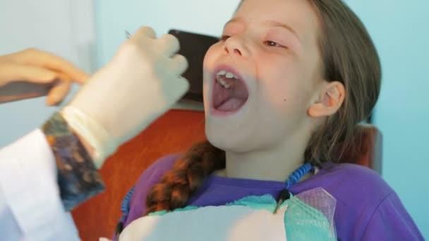 Nahaufnahme Schuss eines Zahnarztes Anwenden von Staples In Mouth Mädchen