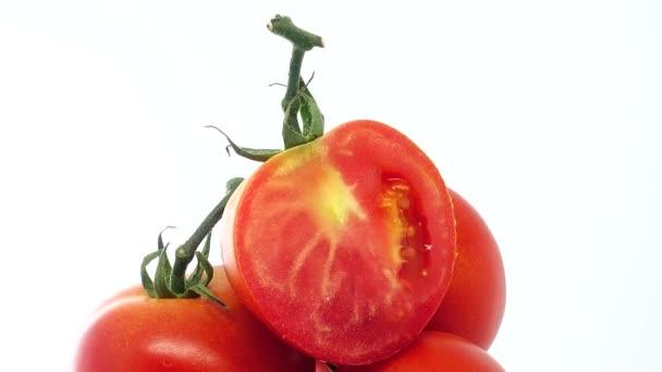 4K Haufen frischer reifer Bio-Tomaten in Klett-Sack auf rotierendem Teller isoliert auf weißem Hintergrund