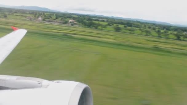 Letadlo s anténou zobrazit zelená krajina