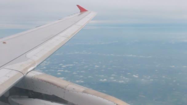 Letecký pohled na letadla krajina s Cloud a obloha