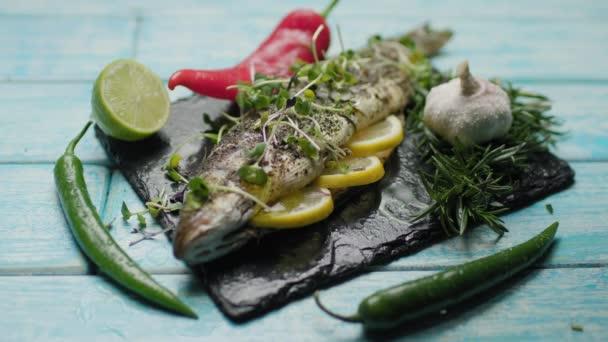 Gegrillter Meeresfisch mit Olivenöl übergießen. Mikrogemüse aus Gemüsesamen mit Wolfsbarsch. Fischgericht mit Zitrone, Paprika, Limette, Knoblauch und Kräutern.