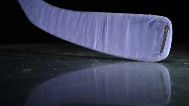 Hokejka a puk na ledě