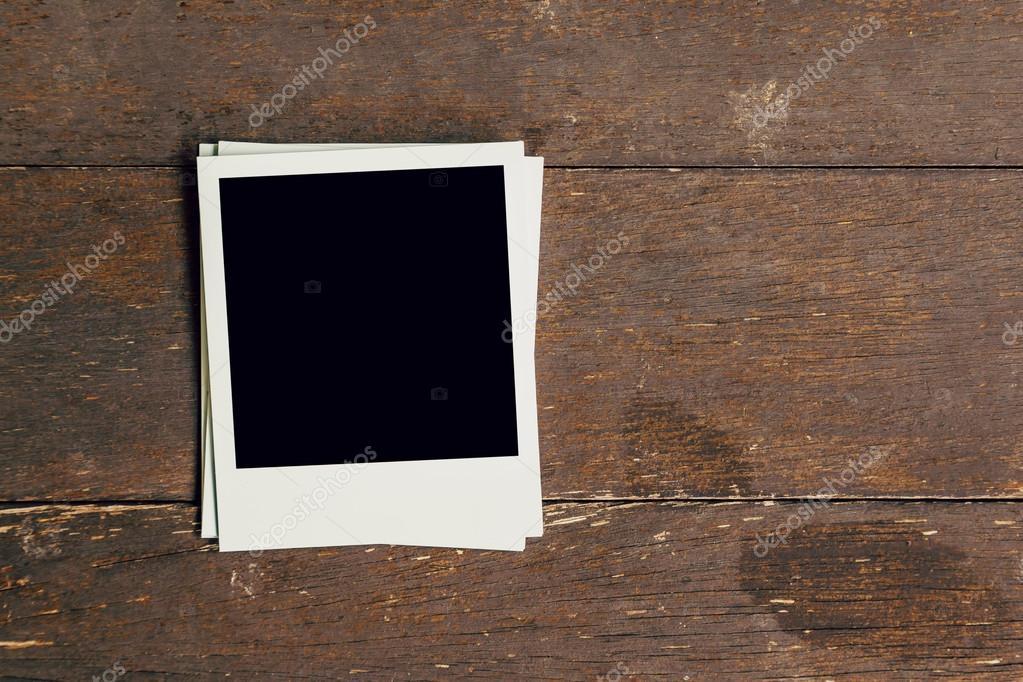 Foto de tres marco vintage en blanco sobre fondo de madera vieja con ...