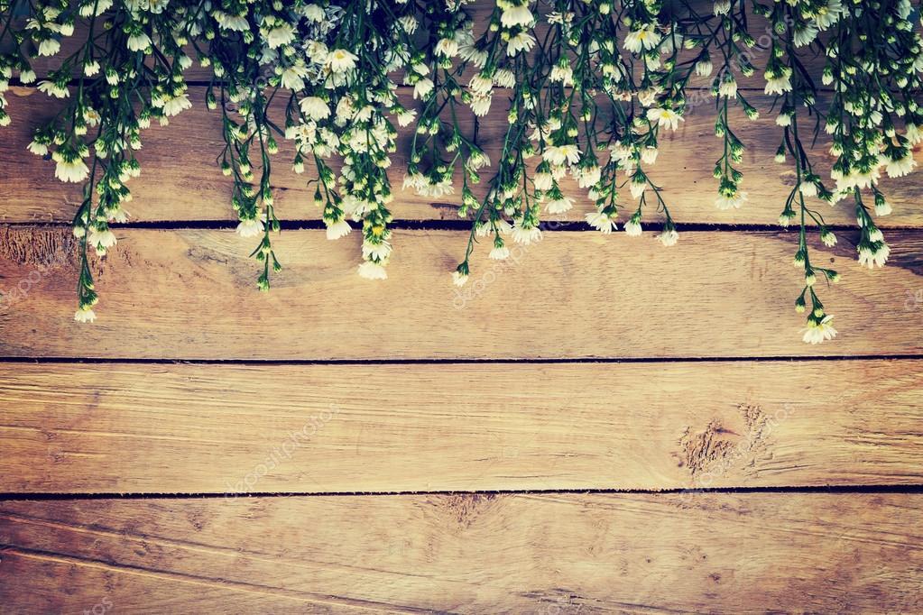 Flores Sobre Fondo De Textura De Madera Con Copyspace