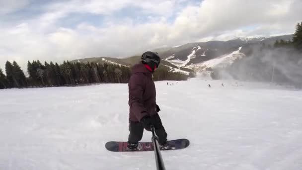 Snowboarder fährt auf Piste