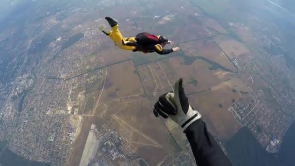 Fallschirmspringer im beschleunigten freien Fall