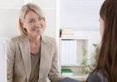 Ženské ředitel v přijímacím pohovoru se mladá žena.