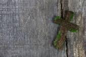 Hölzernes Kreuz oder Kruzifix auf einem Hintergrund für ein Kondolenzschreiben-Karte
