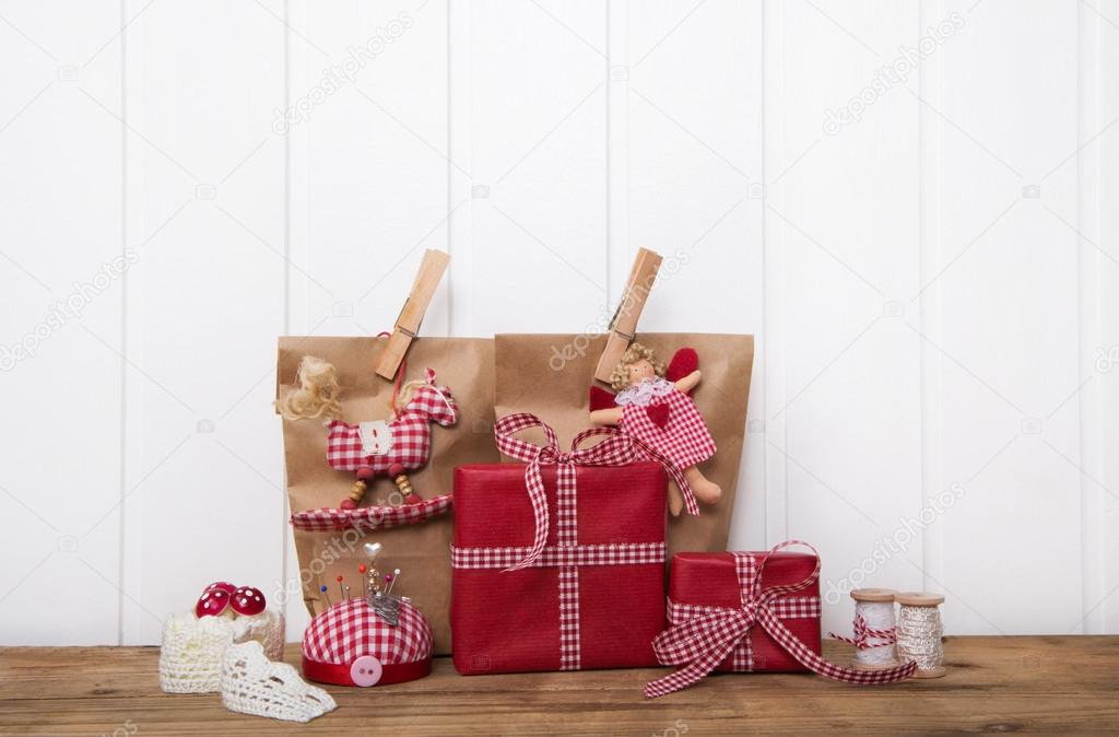 Handgemachte Weihnachtsgeschenke in roten Papier mit Karo-ri ...