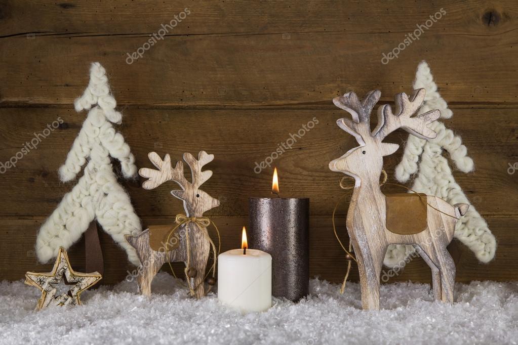 Feestdagen Natuurlijke Kerstdecoratie : Kerstdecoratie met natuurlijke materialen twee brandende kaarsen