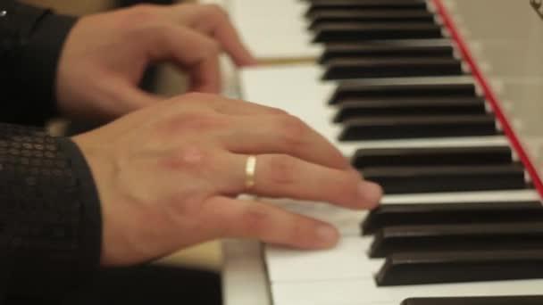 Hände Pianist am Klavier