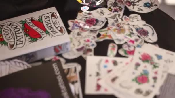 Játékkártyák tetoválás az asztalon