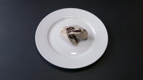 Szakács ember teszi egy tál csirke hús mártással