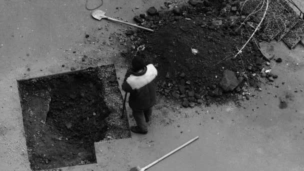 Pracovní breaky půdu pod asfalt v jámě