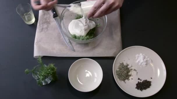 Samec kuchař přidává a mísí bílá omáčka