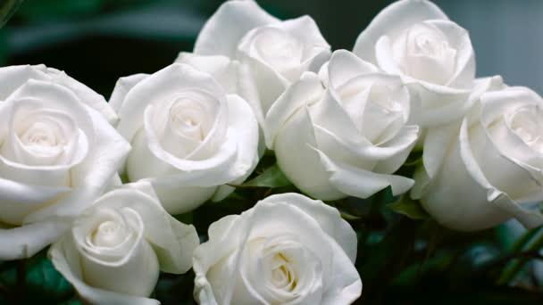 egy csokor fehér rózsával