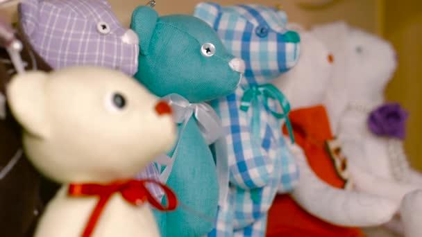 Ručně vyráběné hračky stojan v profilu na polici