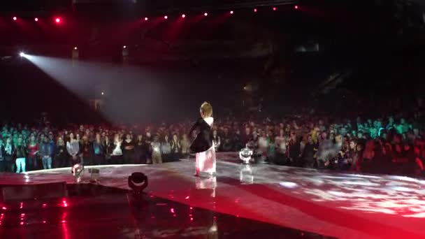 4 k nagy tömegben egy koncert énekes a színpadon