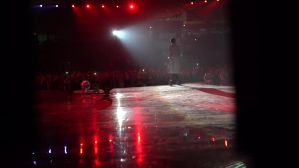 4 k velké davy na koncert zpěváka na jevišti