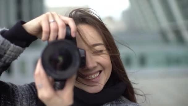 schöne junge Fotografin 4k