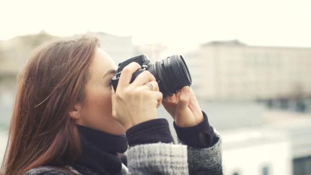 Krásná mladá žena fotograf 4k