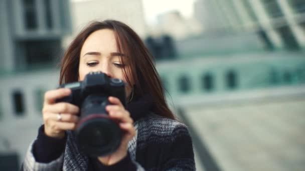 Gyönyörű fiatal fotós 4k