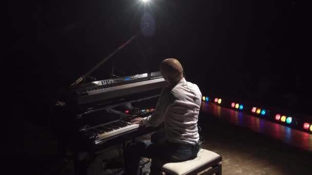 egy ember, játszik a zongorán