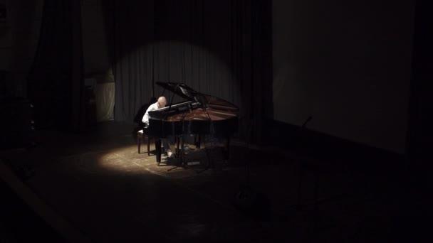 eine Draufsicht auf die Bühne mit einem Klavier