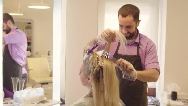 Friseur färbt die Haare
