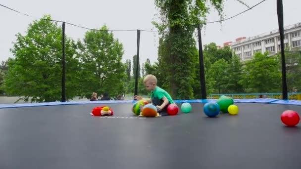 bambino sul trampolino