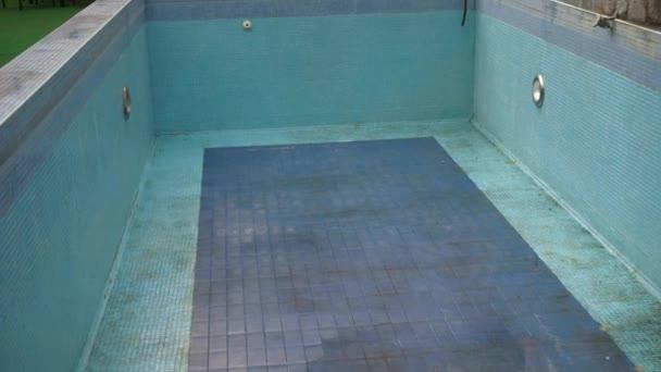 Pozza d acqua sul fondo della piscina u video stock
