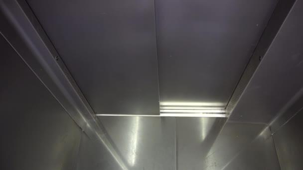 Dveře výtahu se otvírají
