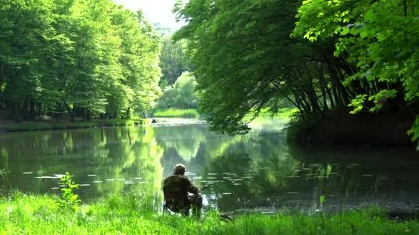 Halász fogások hal a tóban, az erdőben