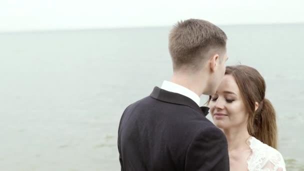 Ženicha líbat tiše svou nevěstu čelo
