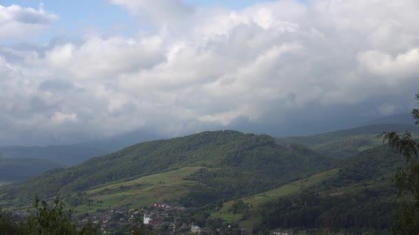 Opuchlé mraky táhnou Fast Motion přes hory