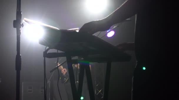 Podsvícení na jevišti klávesista
